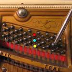 Position des cordes et des chevilles dans un piano droit